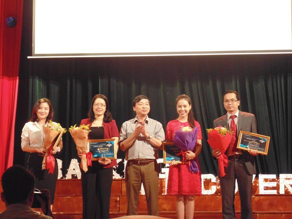 Học viện HYP Toàn Cầu nhận hoa và kỷ niệm chương của BTC