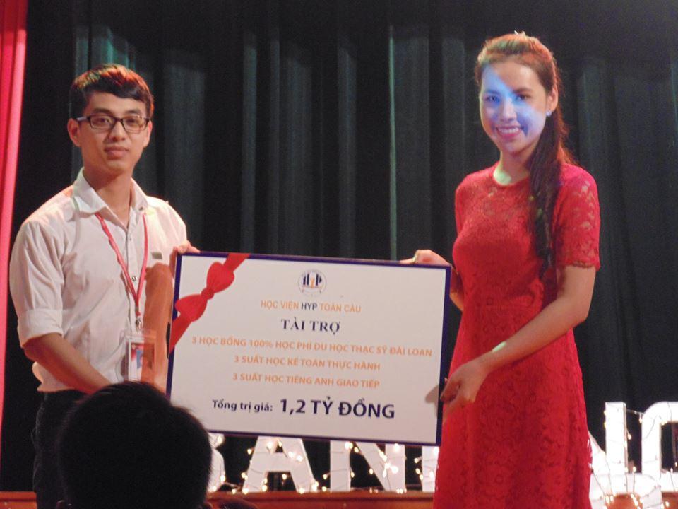 ThS Lê Anh Phương trao học bổng