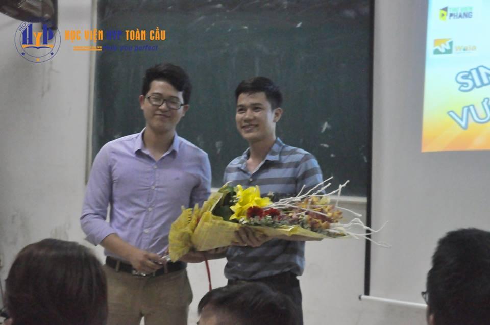 Học viện HYP Toàn cầu nhận bó hoa tươi thắm từ phía BTC