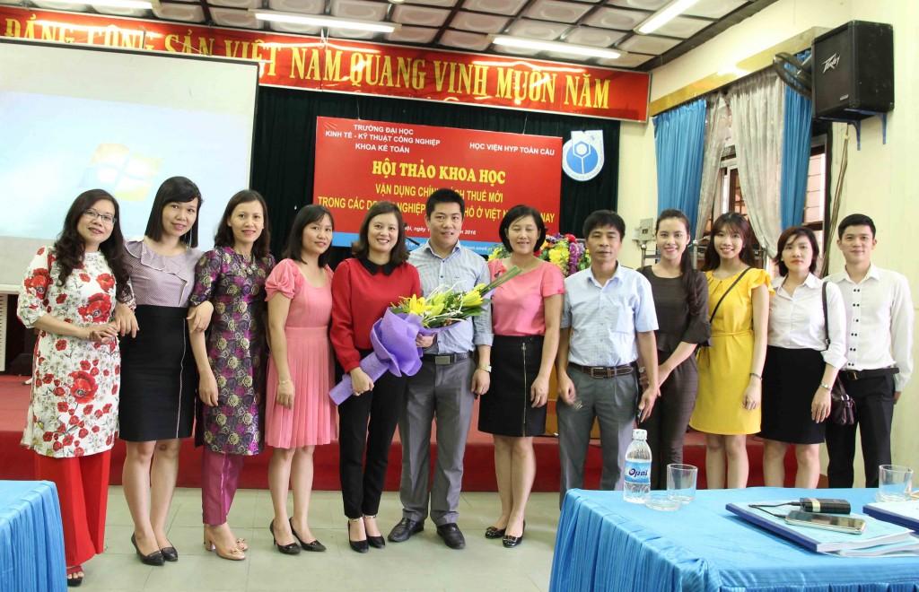 Lãnh đạo học viện chụp ảnh lưu niệm với các thầy cô của trường