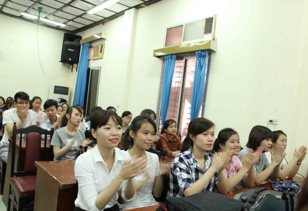 Các bạn sinh viên trường ĐH KT- KT CN rất hào hứng với những chia sẻ của chuyên gia trong hội thảo
