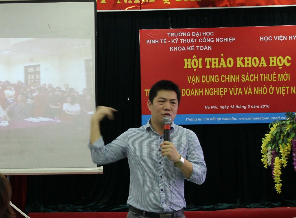Ts Nguyễn Văn Hòa rất tâm huyết chia sẻ những kiến thức và kỹ năng nghề nghiệp cho các em sinh viên