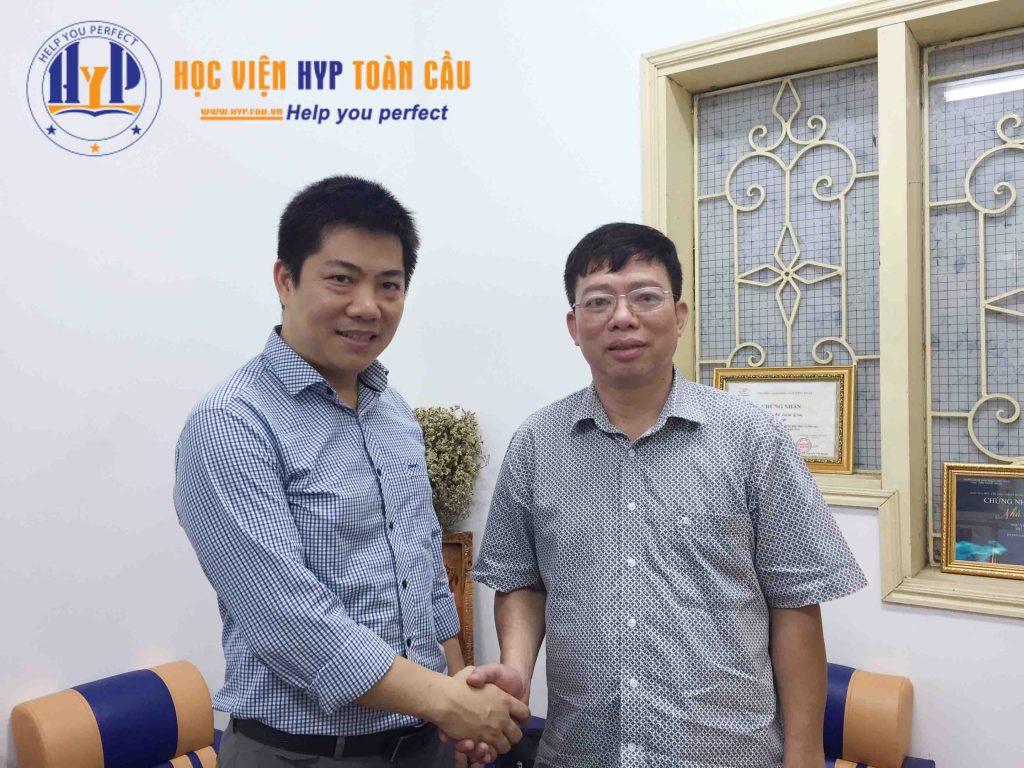 TS Đặng Văn Hải (bên phải) trong buổi gặp gỡ TS Nguyễn Văn Hòa - Giám đốc Học viện HYP Toàn cầu